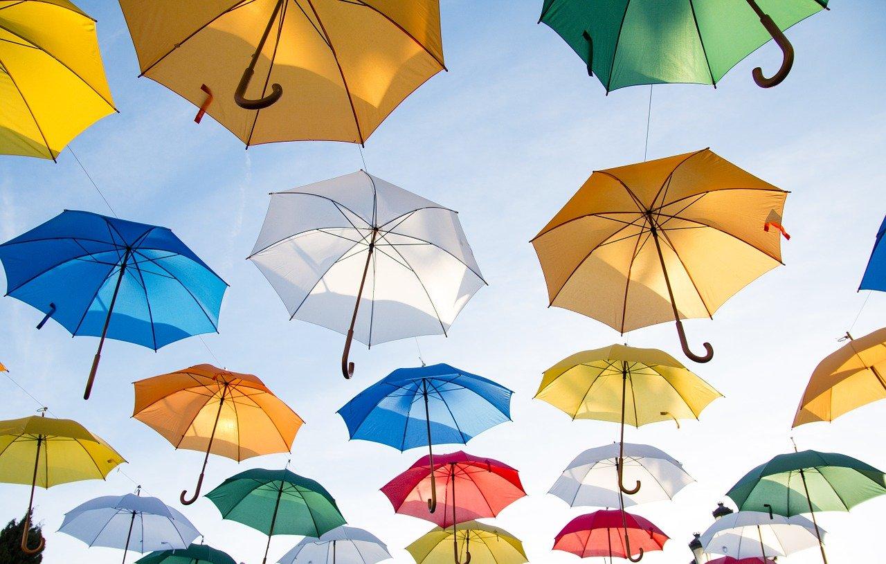 Schirme im Himmel